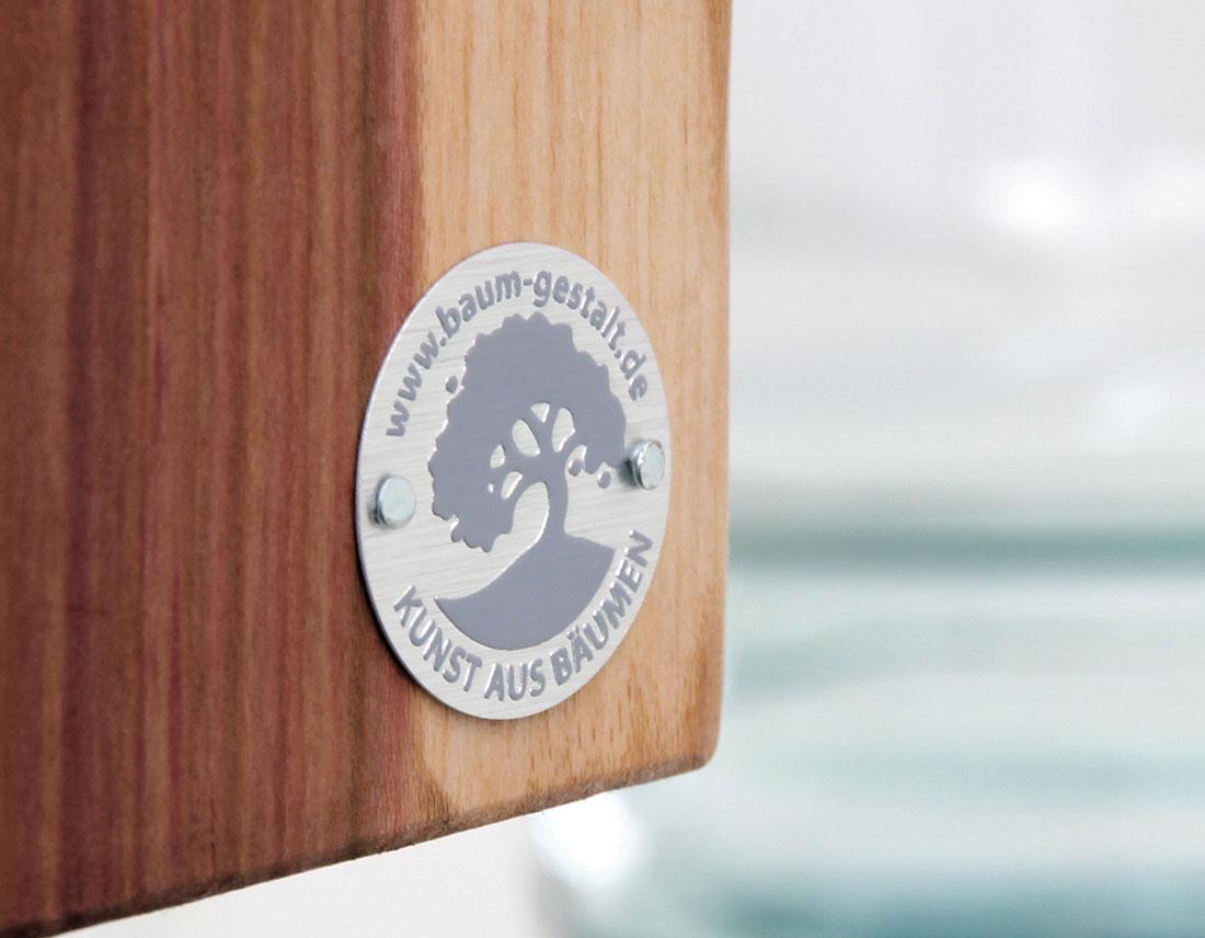 Logo als Metall-Plakette für die Kunstwerke aus Holz.