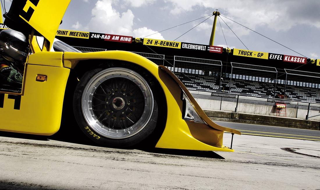 Rennwagen auf der Rennstrecke