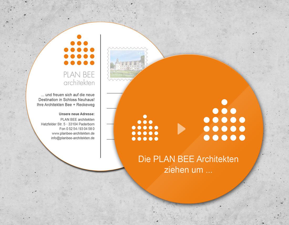 Die runde Postkarte gibt den Büroumzug in ein neues Gebäude bekannt.